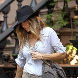Sarah Jessica Parker combina un sombrero fedora con un estilismo muy casual
