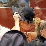Paris Hilton se prueba un sombrero fedora negro