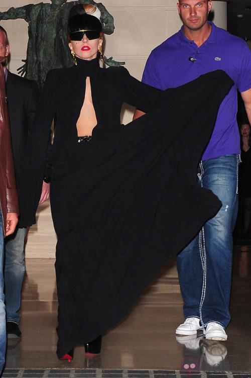 Looks de Lady Gaga: Vestido negro con generoso escote