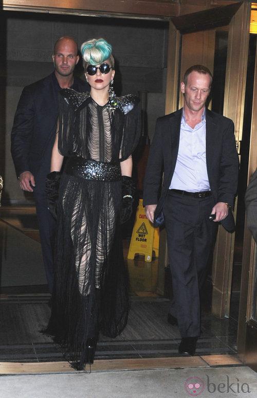 Looks de Lady Gaga: Vestido de flecos negro