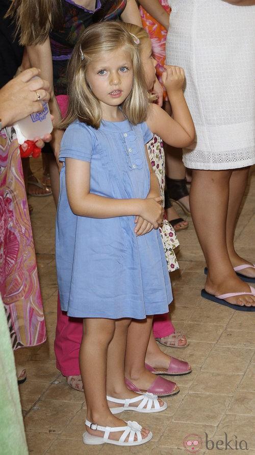 La Infanta Leonor con un vestido azul y sandalias blancas
