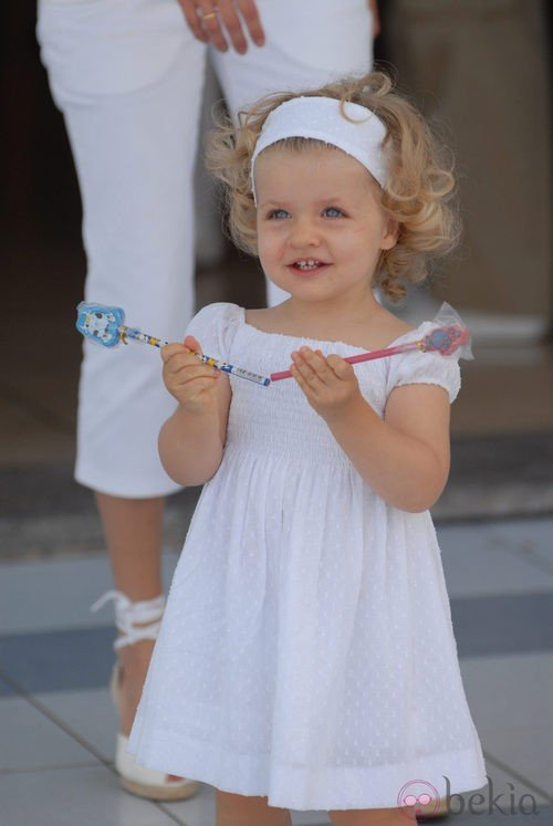 La Infanta Leonor con un vestido blanco y diadema