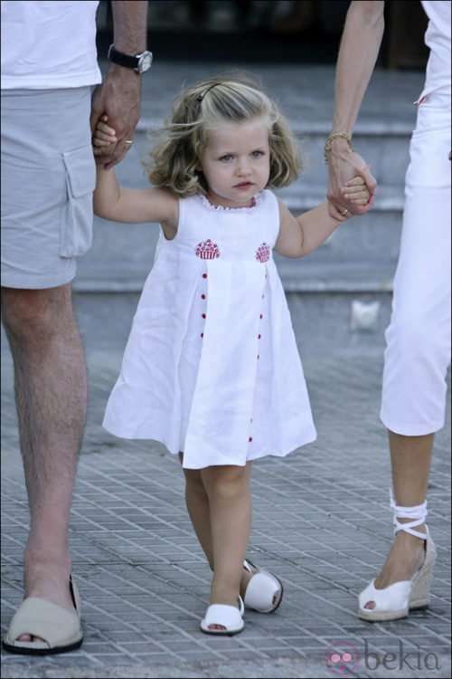 La Infanta Leonor con un vestido blanco y menorquinas