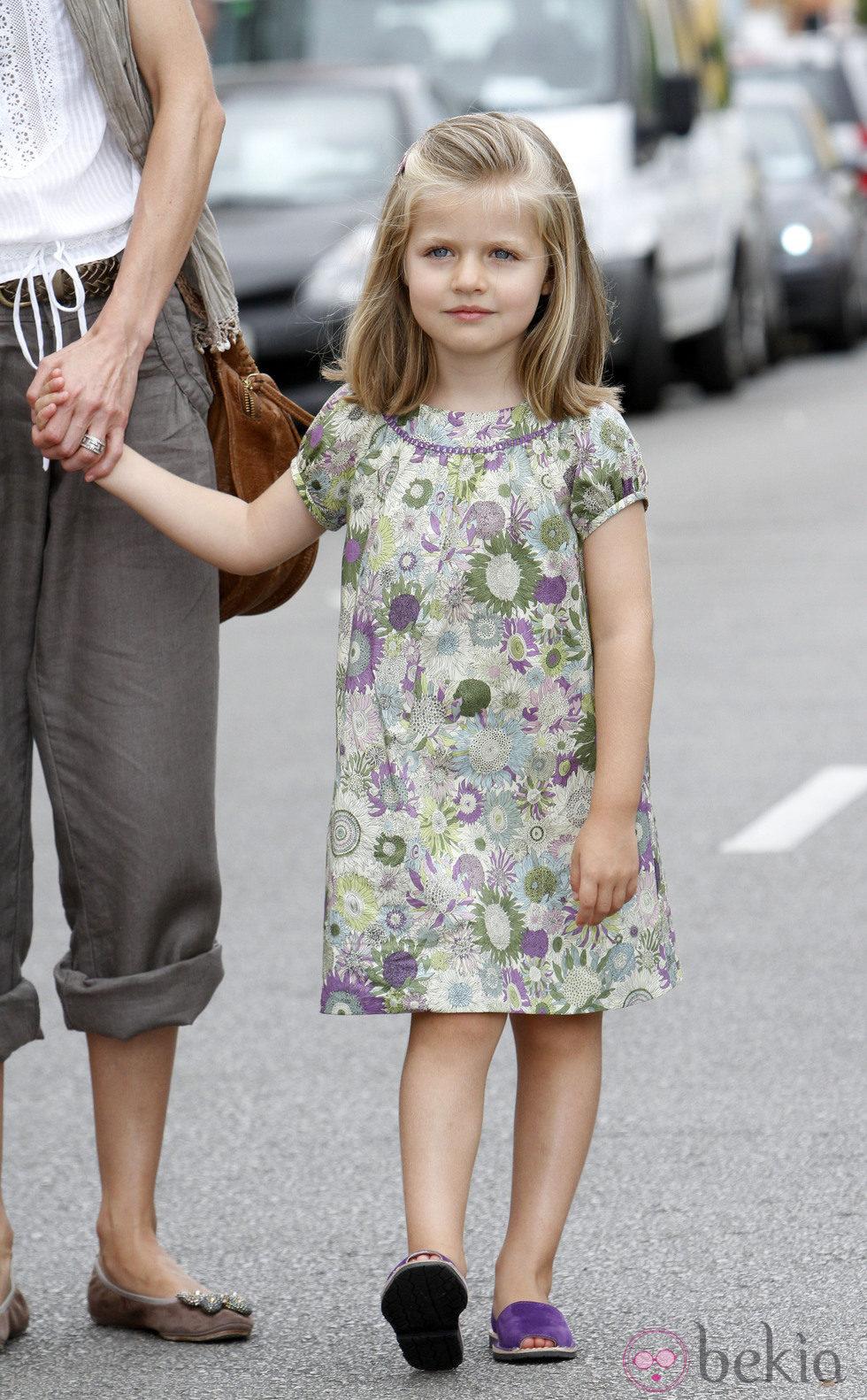 La Infanta Leonor con un vestido de flores verdes