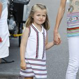 La Infanta Leonor con traje blanco y rayas marineras