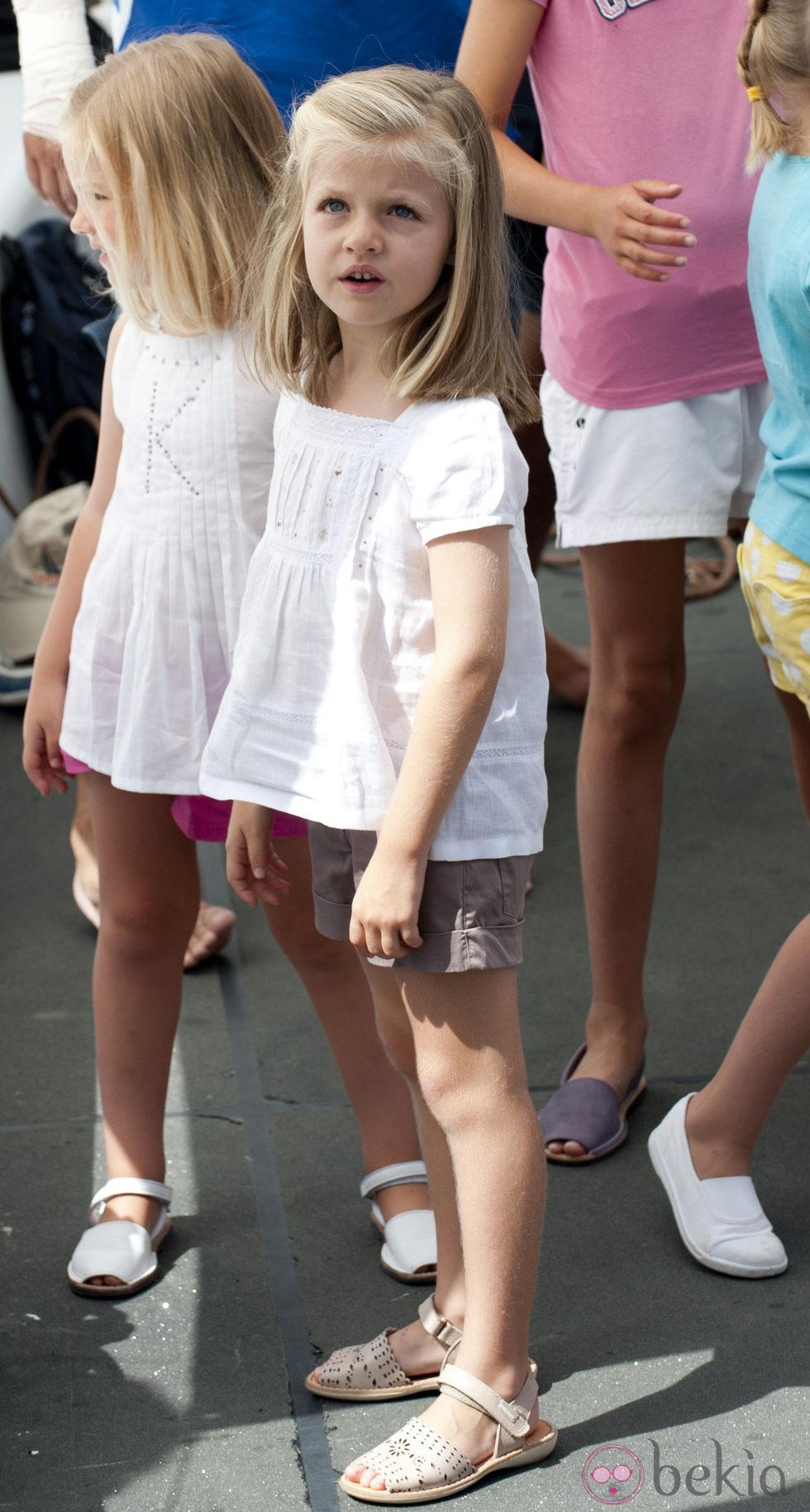 La Infanta Leonor con shorts caquis y camiseta blanca