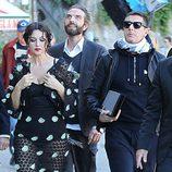 Monica Bellucci durante la grabación del spot Dolce&Gabbana con conjunto de topos blancos