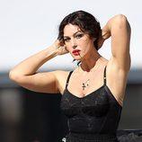 Monica Bellucci durante la grabación del spot Dolce&Gabbana con falda de topos
