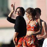 Monica Bellucci durante la grabación del spot Dolce&Gabbana con look de tomates