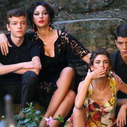 Monica Bellucci durante la grabación del spot Dolce&Gabbana en una estampa familiar