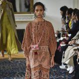 Vestido largo marrón estampado de Valentino colección primavera/verano 2017 en París Fashion Week
