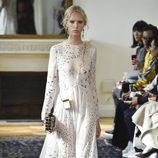 Vestido blanco estampado de Valentino colección primavera/verano 2017 en París Fashion Week