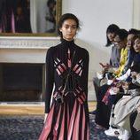 Vestido rosa y negro de Valentino colección primavera/verano 2017 en París Fashion Week
