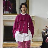 Conjunto de pantalón, camisea y jersey fucsia de Valentino colección primavera/verano 2017 en París Fashion Week