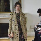 Abrigo maxi y vestido negro de Valentino colección primavera/verano 2017 en París Fashion Week