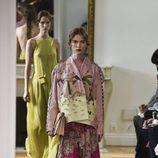 Conjunto de falda y chaqueta en rosa y marrón de Valentino colección primavera/verano 2017 en París Fashion Week