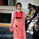 Vestido rosa y rojo de Valentino colección primavera/verano 2017 en París Fashion Week