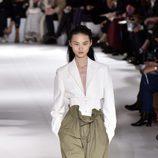 Blusa y pantalón ancho verde de Stella McCartney colección primavera/verano 2017 en París Fashion Week