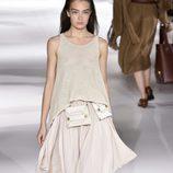 Conjunto falda y camiseta de punto blanco de Stella McCartney colección primavera/verano 2017 en París Fashion Week