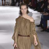 Vestido marrón de punto de Stella MCCartney colección primavera/verano 2017 en París Fashion Week