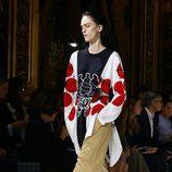 Conjunto de pantalón, camiseta y chaqueta de Stella McCartney colección primavera/verano 2017 en París Fashion Week