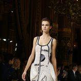 Vestido blanco bordado de Stella McCartney colección primavera/verano 2017 en París Fashion Week.