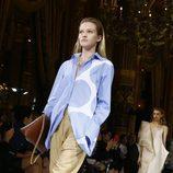 Blusa azul y pantalón beige de Stella McCartney colección primavera/verano 2017 en París Fashion Week