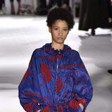 Conjunto azul y rojo de Stella McCartney colección primavera/verano 2017 en París Fashion Week