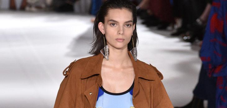 Conjunto azul y gabardina camel de Stella McCartney colección primavera/verano 2017 en París Fashion Week