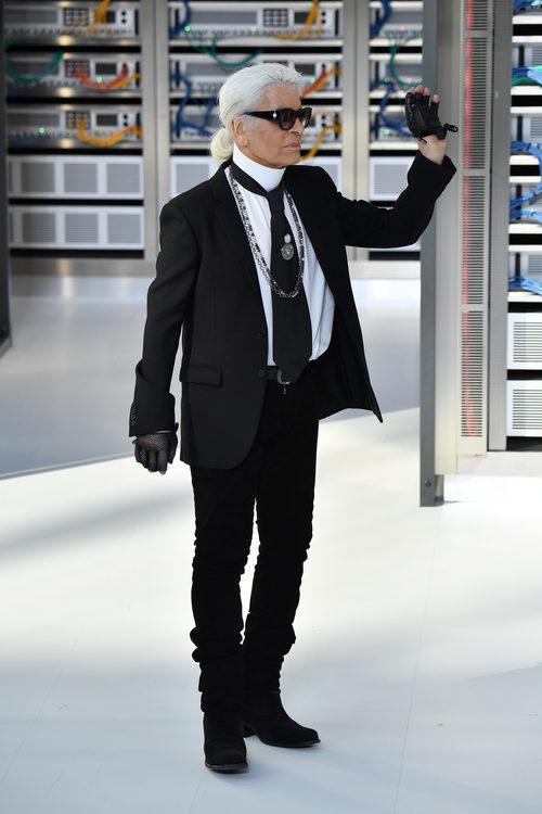 Karl Lagerfeld saludando después del desfile de Chanel en la semana de la moda de París