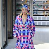 Abrigo a cuadros en colores fluor durante el desfile de Chanel en la Paris Fashion Week 2016