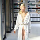 vestido largo en blanco y color nude durante el desfile de Chanel en la Paris Fashion Week 2016