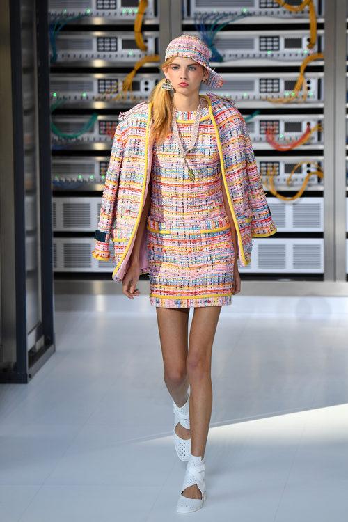 Conjunto en crochet y colores pasteles durante el desfile de Chanel en la Paris Fashion Week 2016