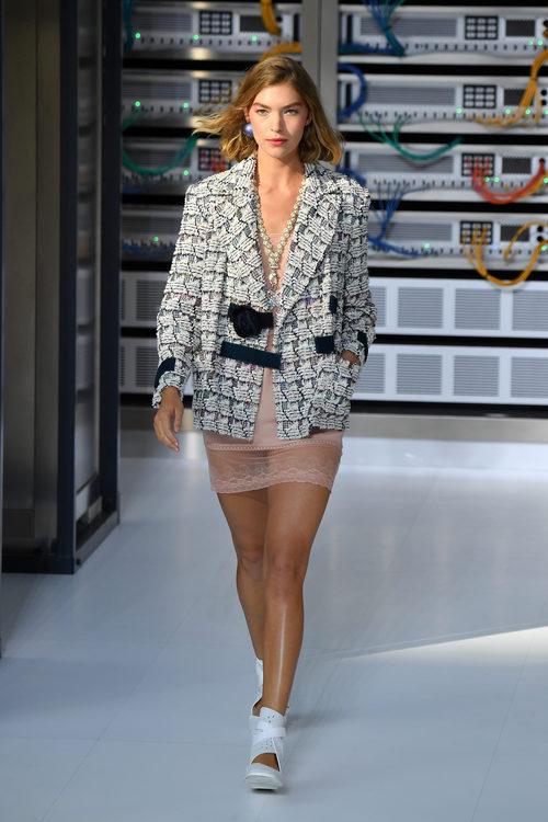 Vestido y chaqueta punto en blanco y negro durante el desfile de Chanel en la Paris Fashion Week 2016
