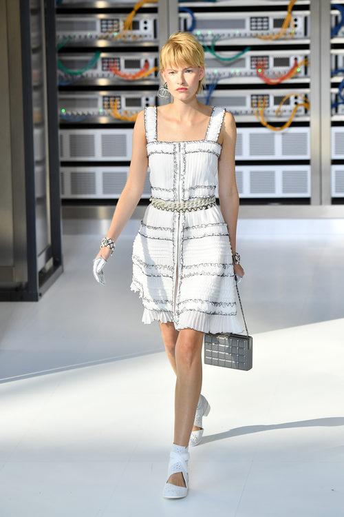 Vestido blanco con escote recto durante el desfile de Chanel en la Paris Fashion Week 2016