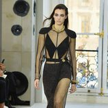 Conjunto en negro con transparencias para el desfile de Louis Vuitton en la Paris Fashion Week 2016