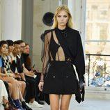Falda campana y blusa con transparencias para el desfile de Louis Vuitton en la Paris Fashion Week 2016