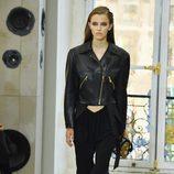 Pantalón y biker de cuero en negro para el desfile de Louis Vuitton en la Paris Fashion Week 2016