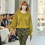 Pantalón estampado y jersey en mostaza para el desfile de Louis Vuitton en la Paris Fashion Week 2016