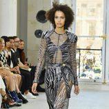 Vestido con transparencias y estampado cebra para el desfile de Louis Vuitton en la Paris Fashion Week 2016