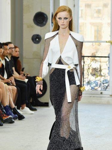 Conjunto print asimétrico en blanco y negro para el desfile de Louis Vuitton en la Paris Fashion Week 2016