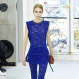 Mono en azul eléctrico de encaje para el desfile de Louis Vuitton en la Paris Fashion Week 2016