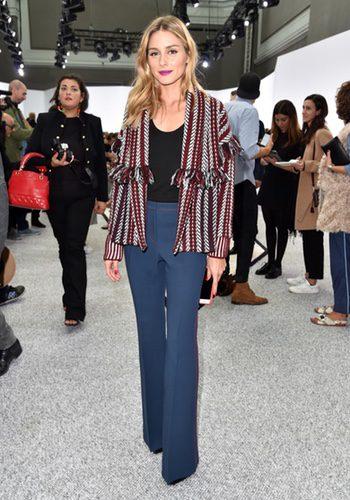 Olivia Palermo con un look setentero en el desfile de Giambattista Valli en la París Fashion Week