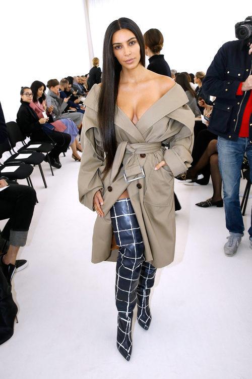 Kim Kardashian con una gabardina en el desfile de Balenciaga en la París Fashion Week
