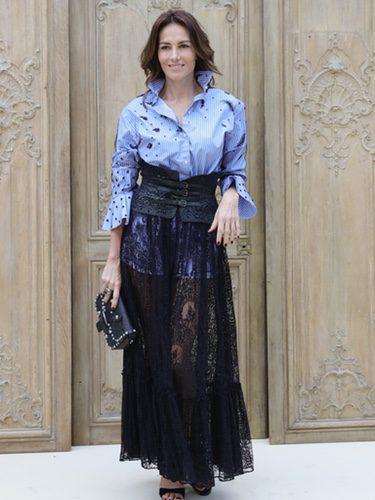 Adriana Abascal con una falda de encaje negro en el desfile de Valentino en la París Fashion Week
