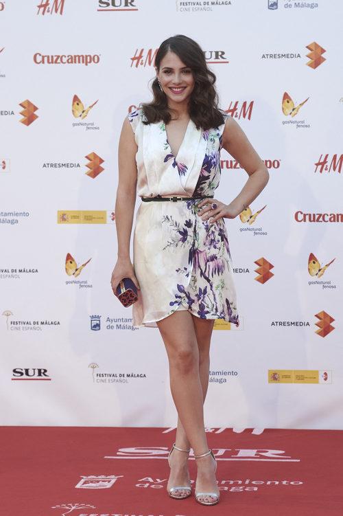Andrea Duro con un vestido blanco de gasa en el Festival de Cine de Málaga de 2015