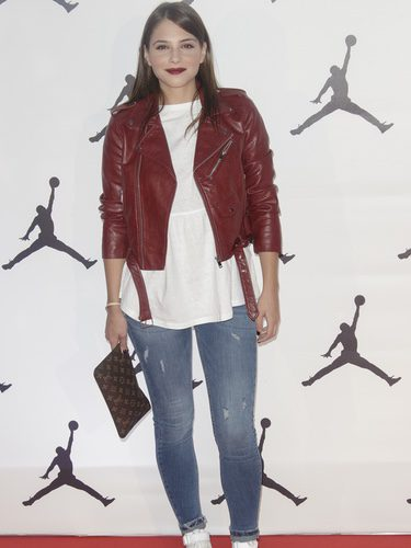 Andrea Duro con unos jeans en el 'Defy Gravity' homenaje a Michael Jordan