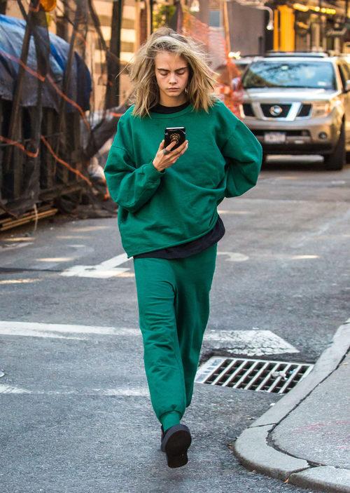 Cara Delevingne con un chándal verde por las calles de Nueva York