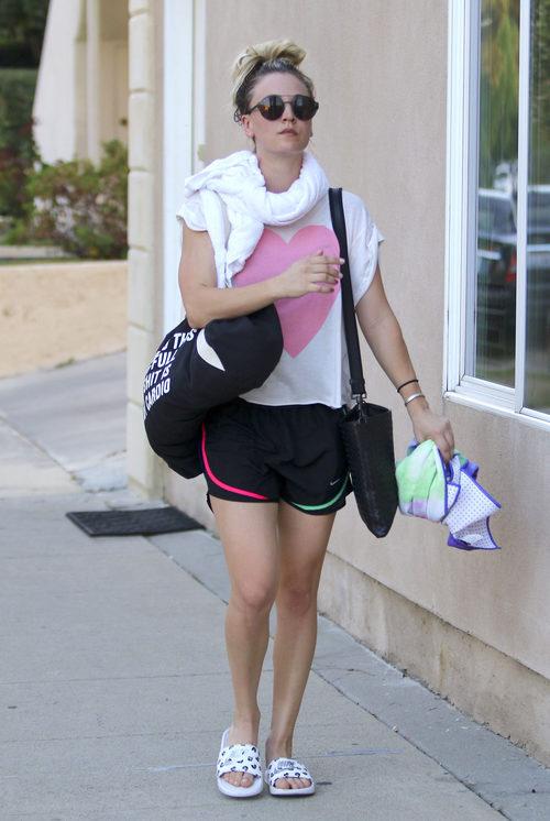 Kaley Cuoco con un look sport en las calles de California