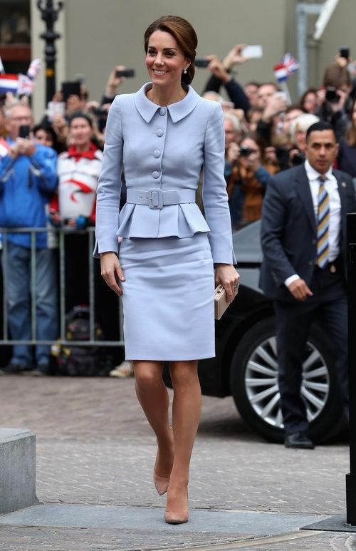 Katte Middleton con un traje clásico en su visita a Holanda